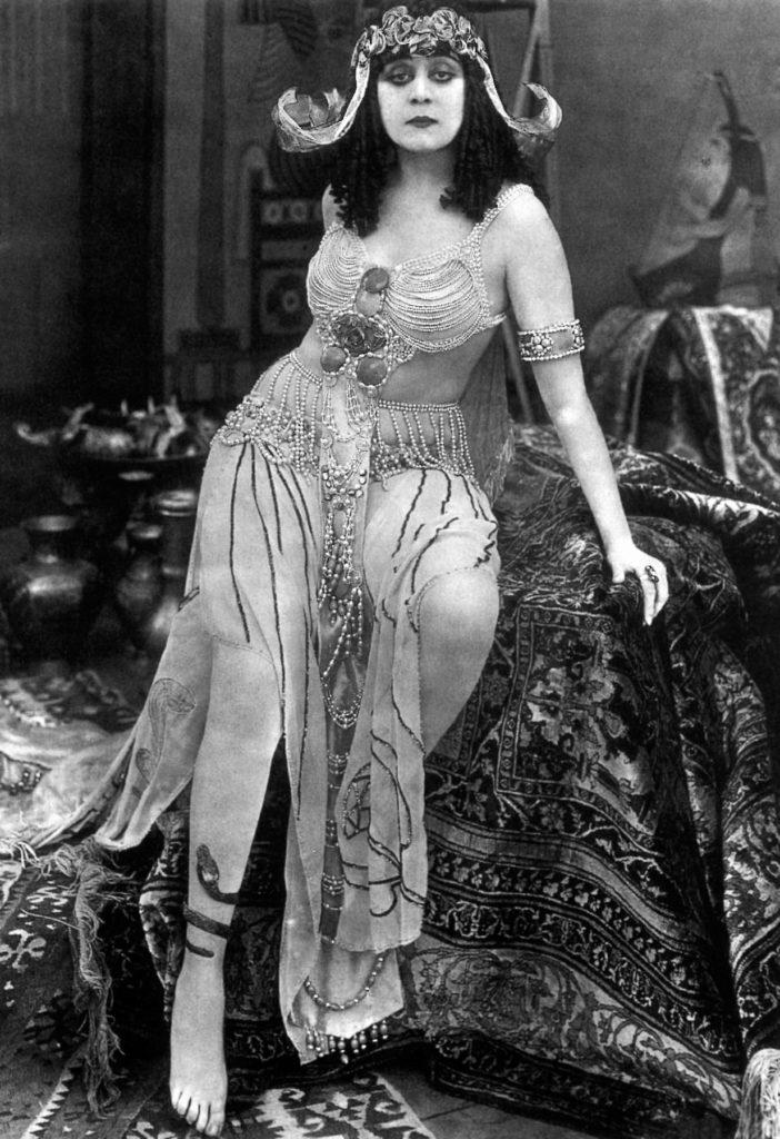 Theda Bara en la película Cleopatra dirigida por J. Gordon Edwards