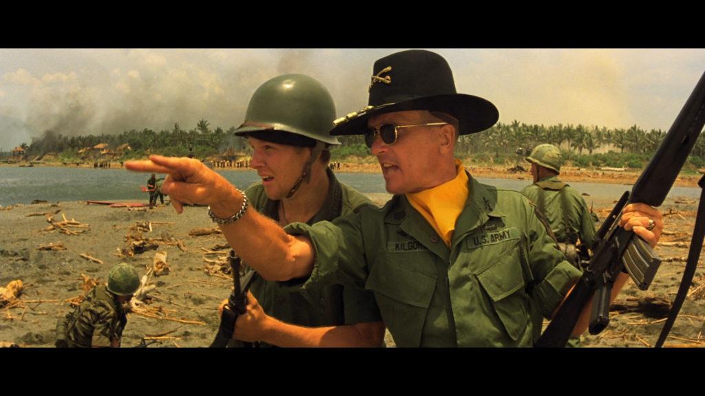 Teniente Coronel Bill Kilgore y Lance durante otra escena de la pelicula Apocalypse Now