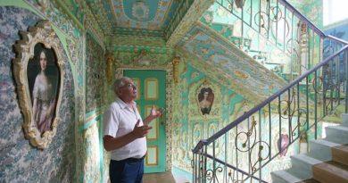 Pensionista lleva 16 años decorando la escalera de su edificio de bloques como el Palacio de Versalles