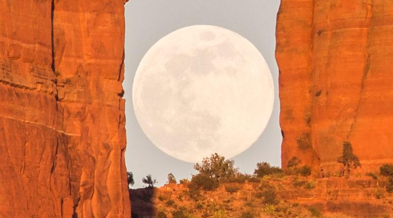 Salida de la Luna llena en Cathedral Rock, Sedona, Arizona (recorte). Autor: David Blanchard