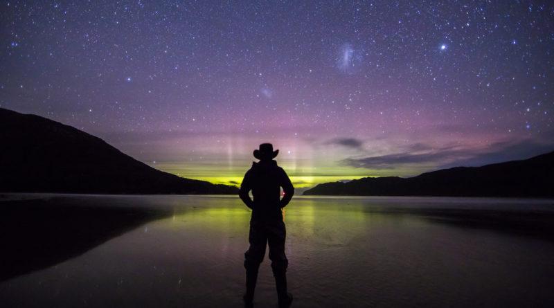 Aurora austral y clelo estrellado sobre el Mar de Tasmania en el SouthWest National Park de Australia