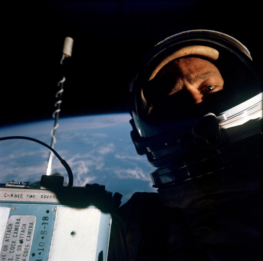El astronauta Buzz Aldrin, piloto de la nave espacial Gemini 12, durante una actividad extra-vehicular en 1966. - Creditos: NASA/Buzz Aldrin [dominio público], vía Wikimedia Commons.