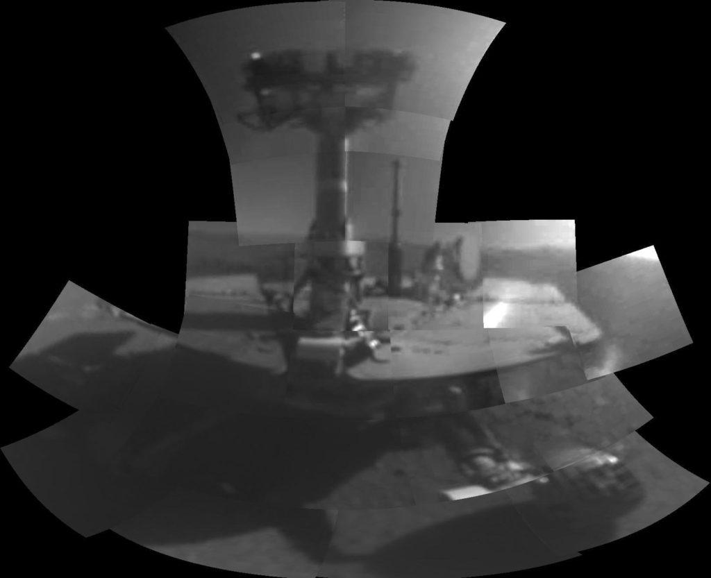 """Este autorretrato del rover Opportunity de la NASA muestra el vehículo en un sitio llamado """"Perseverance Valley"""" en las laderas del Endeavour Crater en Marte. Fue tomada con la cámara microscópica del rover para celebrar el día marciano número 5.000 de la misión del rover. Mosaico realizado a partir de fotos tomadas el 16 de febrero de 2018 y 22 de febrero de 2018. - Créditos: NASA/JPL-Caltech [Public domain], vía Wikimedia Commons"""