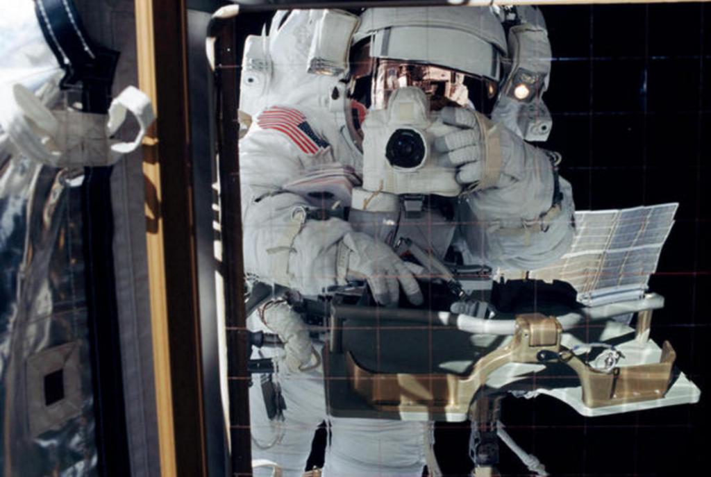 El ingeniero de vuelo Daniel Bursch capta su propio reflejo en un panel de control térmico de la Estación Espacial Internalcional. La fotografía se realizó el 20 de febrero de 2002 durante la tercera sesión de actividad extravehicular de la Expedición 4 a la ISS. - Creditos: NASA/Daniel Bursch [dominio público], vía Wimedia Commons
