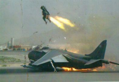 Foto en el momento justo: un piloto de la RAF eyectándose de su Harrier en llamas en el último momento