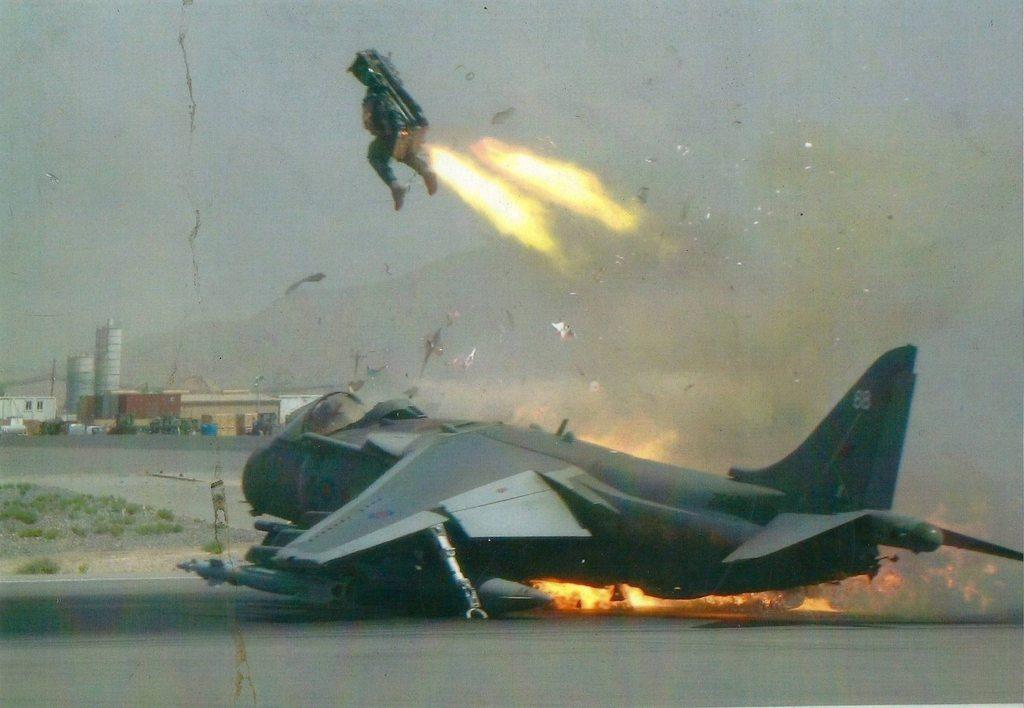 Foto en el instante justo: piloto eyectándose de su Harrier en llamas en el último momento (2010)