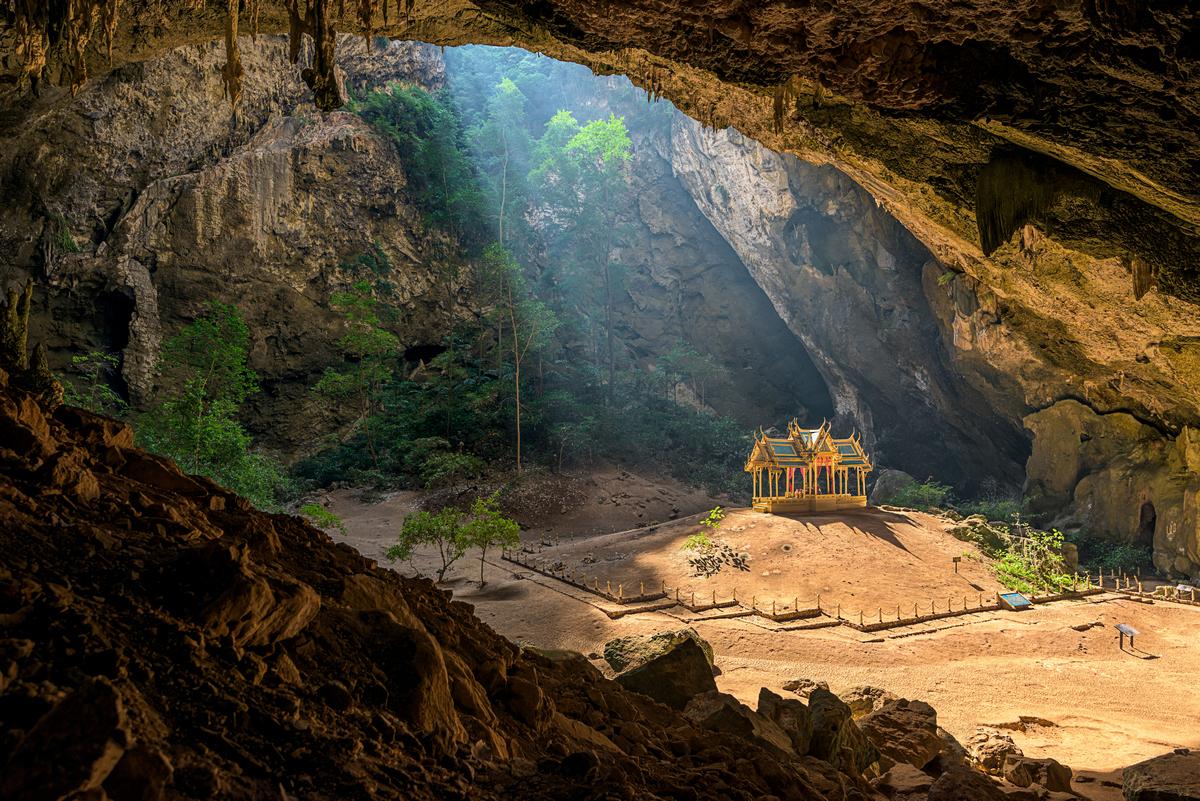 Pabellón real en la Cueva Pharya Nakhon en el Parque nacional de Khao Sam Roi Yot, provincia de Prachuap Khiri Khan, Tailandia.